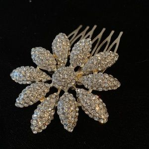 Accessories - 🆕🔥Delicate Shiny Crystals Large Flower Hair Pin